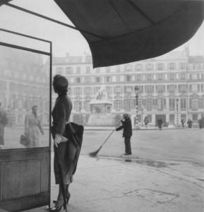 "Clifford Coffin. Nežinomas modelis ""Dior"" suknele. 1948"