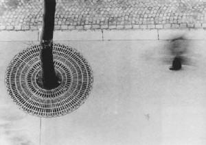 Otto Steinert. Pėsčiasis. San Mišelio bulvaras, Paryžius. 1952