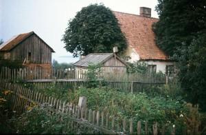 Rendės kaimo tradicinis namas, ūkinis pastatas, pasšiūrė, aptvertas daržas. 1990 m. rugpjūtis. Autoriaus nuotrauka