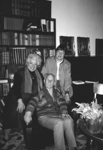 """Su Antanu Vengriu ir Irena Aleksaite mano kabinete, įrašius pokalbį radijo laidai """"Prie židinio"""" (1996.IX.26). Autorės archyvo nuotrauka"""
