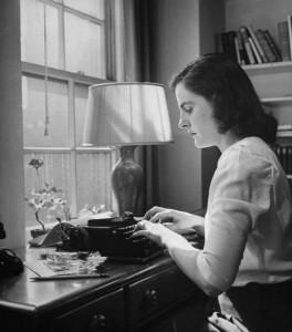 Rašytoja Mary McCarthy prie darbo stalo. 1944. Ninos Leen nuotrauka