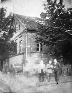 """Antoniškių dvaras. Užrašas kitoje nuotraukos pusėje: """"Dwór Antoniszki, dom mieszkalny. Pamiątka Juozapajtisa. 1927 r. 20 lipca"""""""