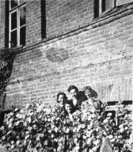 Antoniškių dvaras. Pirma iš kairės – Felicija Dranseikienė. Apie 1945. Nuotraukos iš Elenos Dranseikaitės asmeninio archyvo