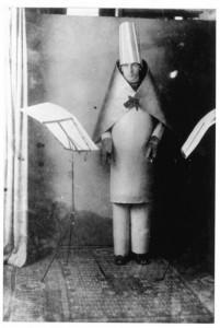 """Hugo Ballis skaito """"Dada manifestą"""". Ciurichas, 1916"""