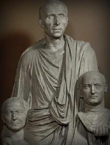 Marmurinė romėno su protėvių atvaizdais (imagines) skulptūra. I a. pr. Kr.