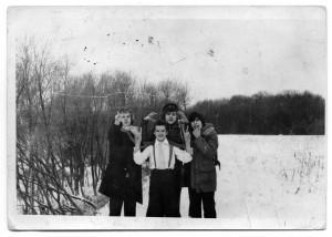 Pelkių fone ekscentriškasis 9L (literatūrinės) klasės kvartetas: Mindaugas, Romas, Kaziukas ir aš. Nuotrauka iš autoriaus archyvo