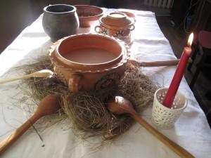 Kūčių stalas su avižų kisieliaus dubeniu. Autorės nuotrauka