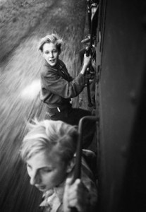 Menno Huizinga. Po išvadavimo: vaikai, įsikibę į sausakimšo traukinio duris. 1945