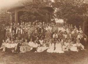 """Jonas Jablonskis su bičiuliais ir kurorto svečiais Palangoje minint 25-ąsias pirmojo lietuviško spektaklio """"Amerika pirtyje"""" pastatymo metines. 1924 m. birželio 24 d. Lietuvos švietimo istorijos muziejaus fondų nuotrauka"""