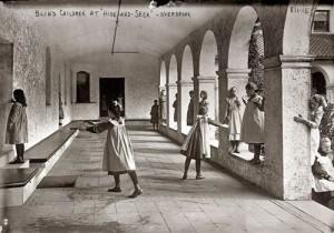 Akli vaikai žaidžia gūžynes arkadoje tarp piliorių. Overbruko mokykla Filadelfijoje. 1912