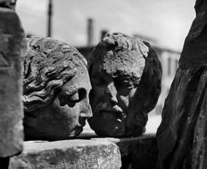 Werner Bischof. Skulptūrų pora. Varšuva. 1948