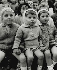Alfred Eisenstaedt. Šv. Jurgio ir drakono istoriją lėlių teatre žiūrintys vaikai. Tiuilri, Paryžius. 1963