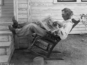 George W. Ackerman. Fermeris, skaitantis ūkio laikraštį. 1931