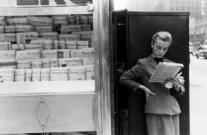Louis Stettner. Prie spaudos kiosko. Niujorkas. 1954
