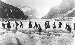 Keliautojai žygiuoja per Mer de Glaso ledyną Prancūzijos Alpėse. 1867. Williamo Englando nuotrauka