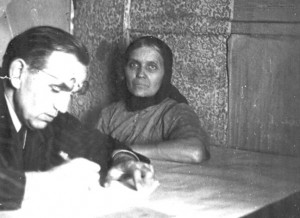 Jurgis Dovydaitis su pateikėja Michalina Karloniene Kabeliuose. 1952. Nuotraukos iš autorės asmeninio archyvo