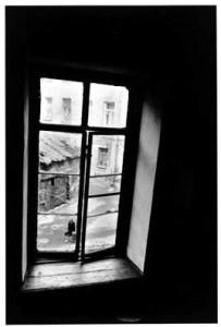Inge Morath. Dostojevskio žvilgsnis pro Raskolnikovo langą. Sankt Peterburgas. 1967