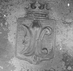 Suchozanetų giminės herbas – balta lelija melsvame fone su pusmėnuliu