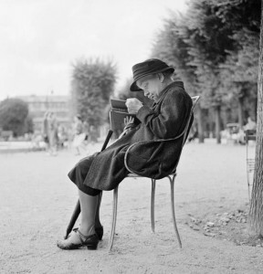 Bill Perlmutter. Parke skaitanti moteris. Paryžius. 1956