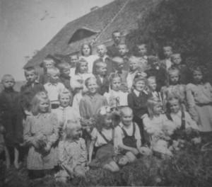 Liukių pradžios mokykla. 1949. Iš Teresės Kartavičiūtės- -Brazauskienės archyvo