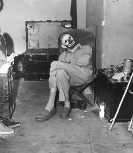 Weegee. Klounas persirengimo kambaryje. 1944