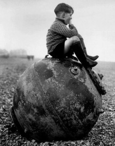 Berniukas sėdi ant jūrinės minos. Kentas, Anglija. 1940