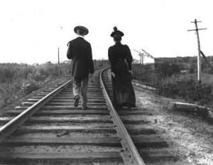 Pora, išėjusi pasivaikščioti bėgiais. Trua Rivjeras. Kvebekas. 1900
