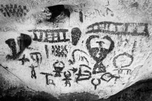Maguros urvo Bulgarijoje kalendorinių piešinių dalis su arimo vaizdu ir gyvate