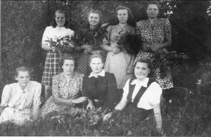 Šakališkės kaimo mergos. Janina Lukoševičiūtė – antroje eilėje pirma iš kairės. Apie 1953 m.