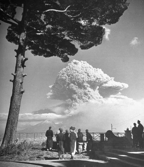 George Rodger. Stebint 1944-ųjų Vezuvijaus išsiveržimą. Italija