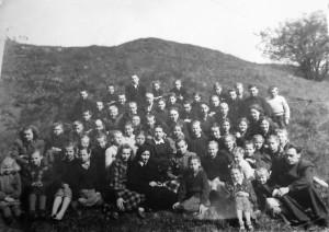 Kaupiškių septynmetės mokyklos mokiniai ir mokytojai. Paskutinėje eilėje ketvirtas iš dešinės – Jonas Ražinskas. 1955