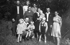Ražinskų šeima. Pirmoje eilėje viduryje berniukas – Jonas Ražinskas. Apie 1948–1950