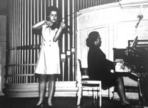 Mano mama Asta Ramoškaitė griežia koncerte konservatorijos baigimo proga. Vilnius. 1971