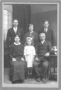 Šarūno Šimkevičiaus senelis su šeima. Apie 1922. Isaako Abramavičiaus vinjetė