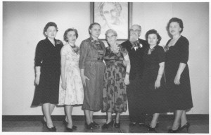 JAV lietuvių M. Montessori draugijos valdyba. Iš kairės – S. Vaišvilienė, M. Kucinienė, D. Petrutytė, M. Varnienė, A. Varnas, E. Paužuolienė, J. Juknevičienė prie A. Varno sukurto M. Montessori portreto. Čikaga. 1962