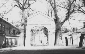 Centrinės evangelikų kapinių koplyčios pietinis fasadas ir šalia stovėję antkapiniai paminklai XIX a. pr. (VRVA, f. 1019, ap. 1, b. 7113, l. 46)