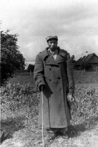 Skerdžius su jermaku, siūtu iš milo. Gėliūnų k., Gervėčių parapija. 1951. Vacio Miliaus nuotrauka