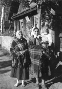 """Rimdžiūnų lietuvės Domicelė Trepšienė ir jos dukra Jania Pukštienė su pirktiniais """"rūbeliais"""". 1956. Vacio Miliaus nuotrauka"""