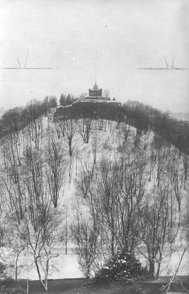Rytinis Gedimino pilies kalno šlaitas. 1927 m. (Lenkijos valstybinis skaitmeninis archyvas)