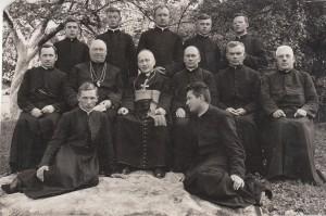 Vyskupas Juozapas Kukta su kunigais ir klierikais. Antroje eilėje antras iš dešinės – kun. Konstantinas Paulavičius.1939