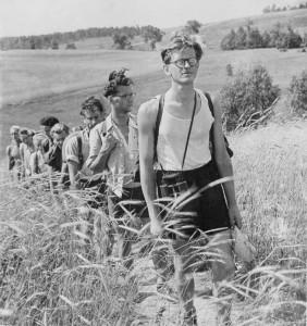 Antanas Tyla su Vilniaus universiteto turistais pakeliui iš Tauragnų į Zarasus. 1953 m. liepa
