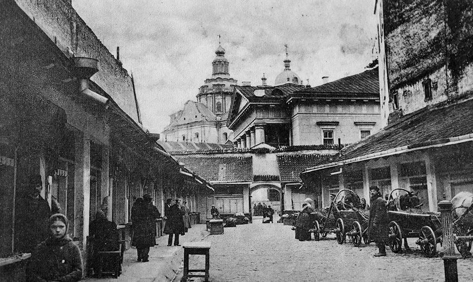 Mėsinės, buvusios pasaže tarp Rotušės aikštės ir dabartinės M. Antokolskio gatvės. Vilnius. Apie 1916