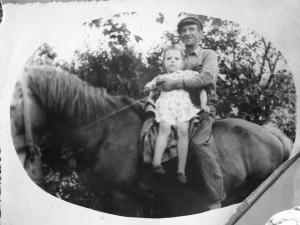 Savanoris Vincas Rudaitis vyresnysis su vaikaite Janina Rudaityte. 1954. Iš Janinos Ražinskienės archyvo