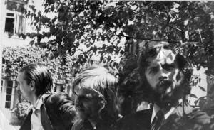 Alberas Bongas Kamiu (Kęstutis Kaminskas), Francua Ilarionovičius Fikaco (Kazys Jonušas) ir Leonidas Iljičius Ivanovas (Antanas A. Jonynas) Vilniaus universiteto kieme. Asmeninio archyvo nuotrauka