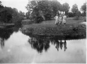 Katrė, Elzė ir Marta Gocentaitės Gardame, dauboje už Tenenio upės. 1928. Asmeninio albumo nuotraukos