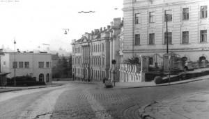 Jono Basanavičiaus ir Mindaugo gatvių sankryžoje riogsojęs granito rutulys