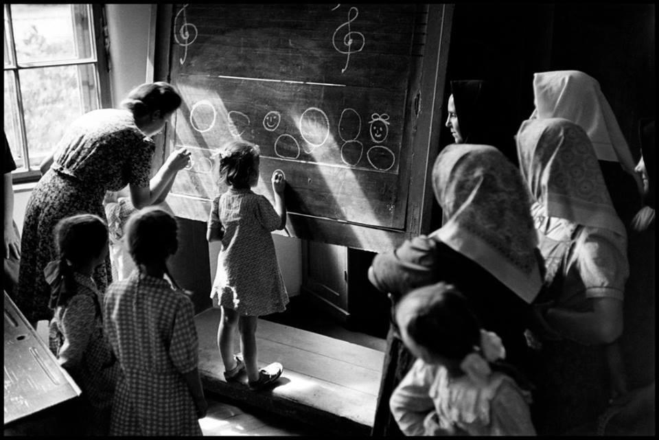 David Seymour. Vaikai mokosi piešti lentoje. Vengrija. 1948