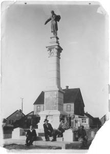 Vincas Grybas (antras iš kairės) ir jo padėjėjas Pranciškus Mikutaitis prie pastatyto paminklo Simonui Daukantui. Papilė. 1930 m. rugpjūtis. Jono Sinkevičiaus nuotrauka. Vidos Girininkienės asmeninė nuosavybė