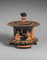 Piksidė (vaza papuošalams saugoti). Dvi moterys žaidžia kauliukų žaidimą. Atika, 425–400 metai prieš Kristų