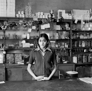 David Goldblatt. Yaksha Modi savo tėvo parduotuvėje prieš sunaikinimą teroro akto metu. Johanesburgas, 1976